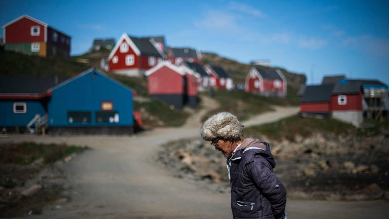 Morador caminha em Kulusuk, na Groenlândia