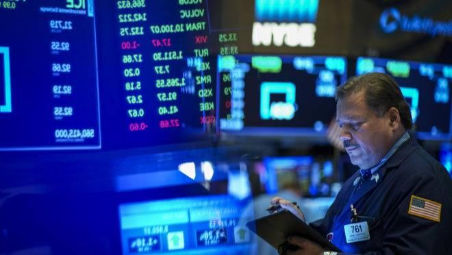 Operador trabalha na Bolsa de Nova York. Fatores financeiros podem contribuir para a próxima recessão na maior economia global