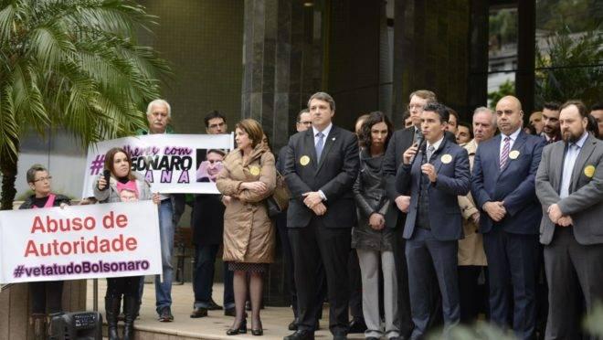Juízes, procuradores e policiais fizeram ato público, em Curitiba, contra o projeto de lei de abuso de autoridade.