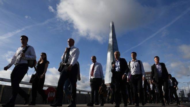 Pessoas caminham pela London Bridge, Londres, em 5 de junho de 2017