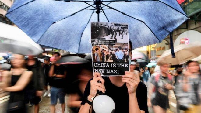 Manifestantes participam de marcha em Hong Kong em 18 de agosto de 2019, o mais recente de protestos que começaram como oposição a uma lei de extradição e se transformaram em um pedido mais amplo por direitos democráticos na cidade semi-autônoma