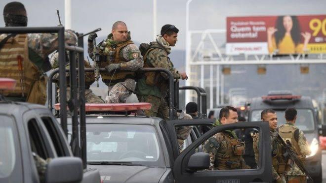 Policiais na ponte Rio-Niterói.