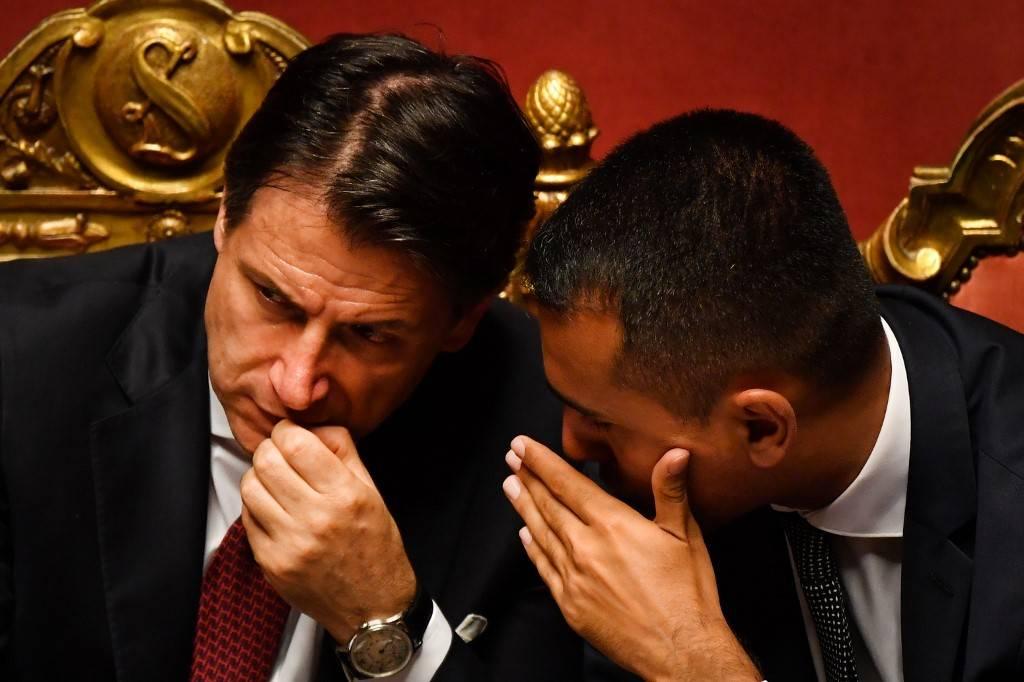 O primeiro-ministro da Itália, Giuseppe Conte (à esquerda) fala com o vice-primeiro-ministro e ministro do Desenvolvimento Econômico, Trabalho e Políticas Sociais, Luigi Di Maio, após fazer um discurso no Senado Italiano, em Roma, 20 de agosto de 2019, em meio a uma crise política no país