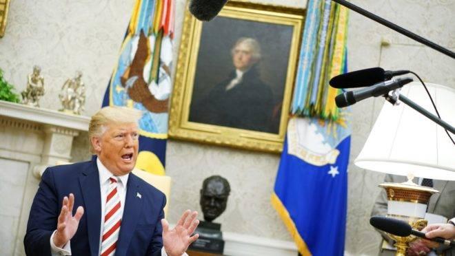 O presidente dos EUA, Donald Trump, fala com jornalistas durante encontro com o presidente da Romênia, Klaus Iohannis no Salão Oval da Casa Branca, Washington DC, 20 de agosto de 2019