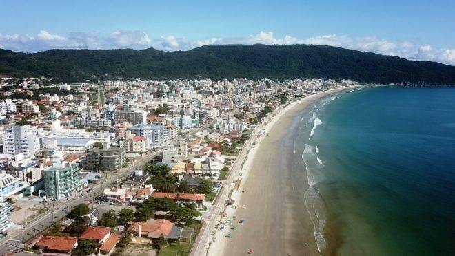 Um dos municípios com edital aberto é Bombinhas, com 98 vagas imediatas