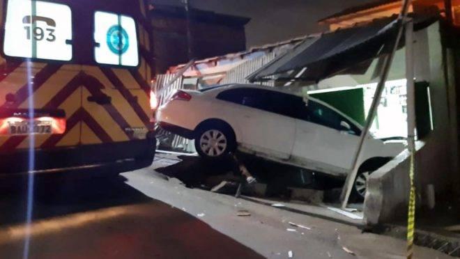 Carro avançou para dentro do bar no bairro Pilarzinho.