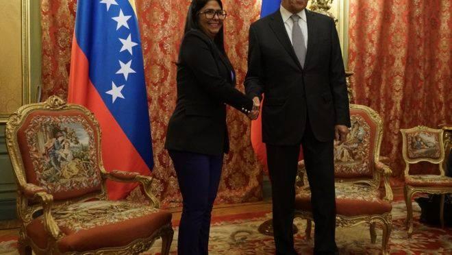 Vice-presidente chavista da Venezuela, Delcy Rodríguez, é recebida pelo ministro das Relações Exteriores da Rússia, Sergei Lavrov