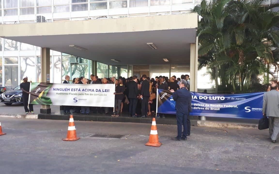Protesto dos auditores da Receita em frente ao Ministério da Economia.