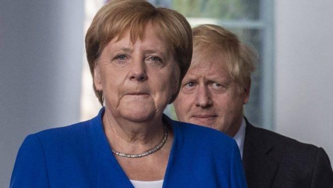 A chanceler alemã, Angela Merkel, e o primeiro-ministro do Reino Unido, Boris Johnson, chegam para uma coletiva de imprensa na chancelaria, em Berlim, 21 de agosto de 2019. A visita de Johnson a Berlim dá início a uma maratona de conversas tensas com líderes europeus em meio à ameaça de um caótico Brexit sem acordo