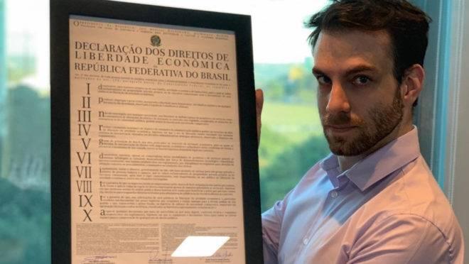 Lorenzon exibe o texto original da MP da Liberdade Econômica, que foi aprovada com modificações pelo Congresso.