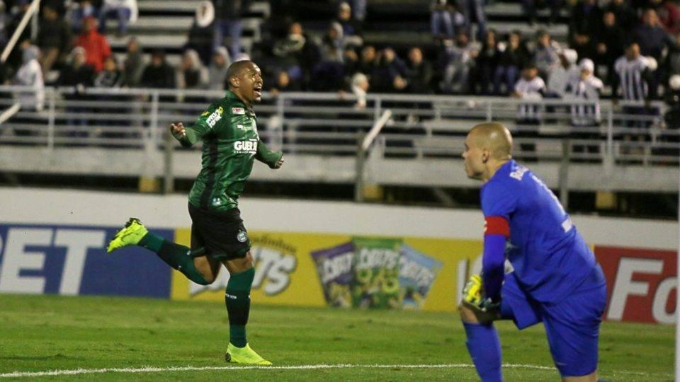 Com gol de Rodrigão, Coritiba busca empate em confronto direto contra o Bragantino