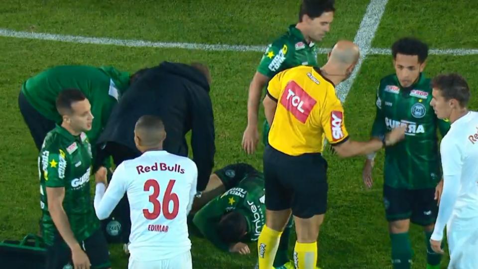 Cenas fortes: lateral do Bragantino lesiona meia do Coxa após carrinho violento; veja