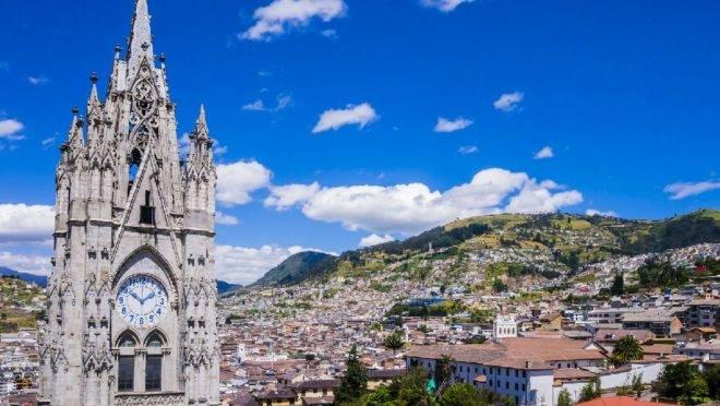 O Equador é um dos países que figuram na lista dos destinos mais baratos do mundo para viajar em 2019. Na foto, a capital Quito.