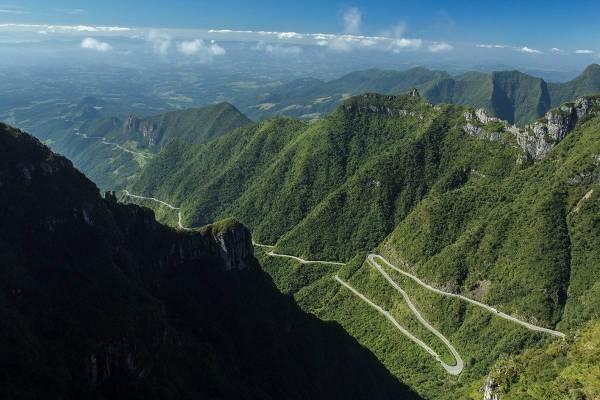A estrada sinuosa tem mais de 200 curvas em poucos quilômetros de extensão. Foto: João Thibes