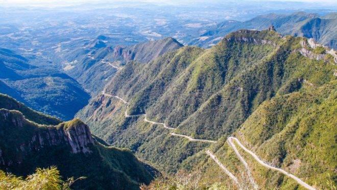 A estrada liga as cidades de Lauro Müeller e Bom jardim da Serra, em Santa Catarina.