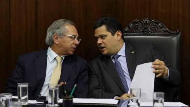 O ministro da Economia, Paulo Guedes, e o  presidente do Senado,Davi Alcolumbre, durante reunião de líderes partidários do Senado para discutir o novo pacto federativo.