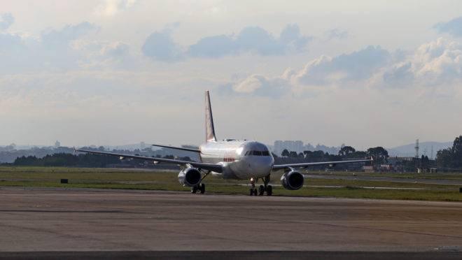 Decolagem de uma aeronave no aeroporto Afonso Pena, em São José dos Pinhais.
