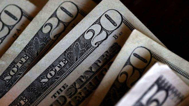 Dólar dispara fecha a R$ 5,90