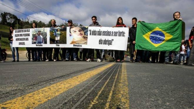 A beira da rodovia foram colocadas 250 cruzes representando os falecidos.