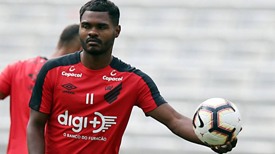 Tiago Nunes reafirma que Nikão quer sair do Athletico