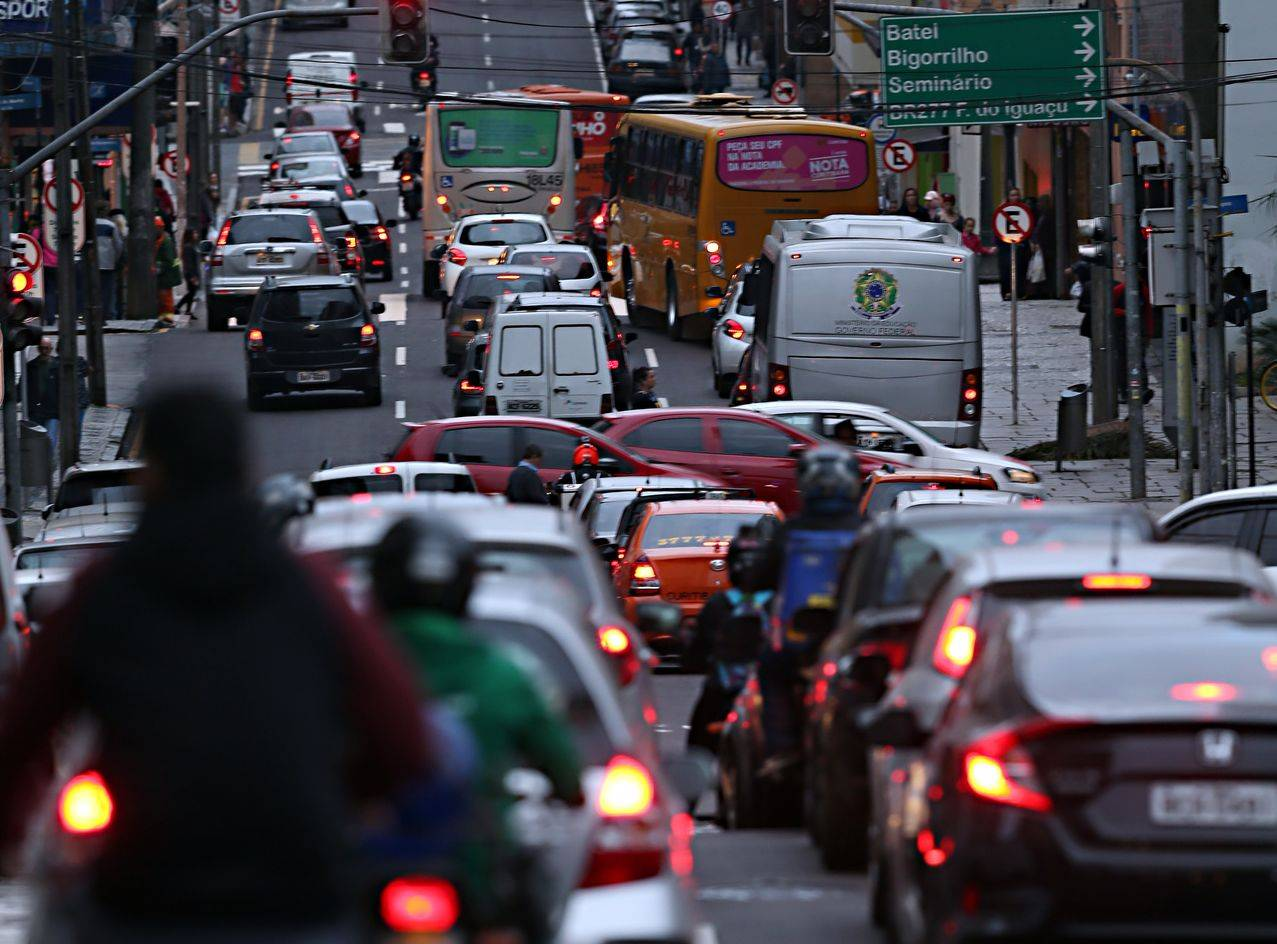 Trânsito - congestionamento - engarrafamento - carros - Trânsito caótico - ruas do centro de Curitiba lotadas de carros - onibus - transporte coletivo - Alameda Doutor Murici - Rua Marechal Deodoro -