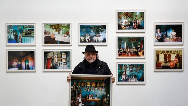 João Urban com algumas das imagens feitas ao logo de quatro décadas e que estão em exibição no Museu Paranaense.