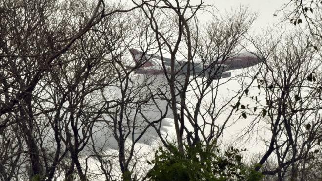 Um avião Super Tanque joga água para combater incêndios florestais no leste da Bolívia