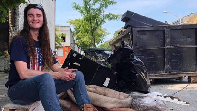 Diante da situação caótica em Baltimore, o ativista conservador Scott Presler decidiu sair das redes sociais e agir.