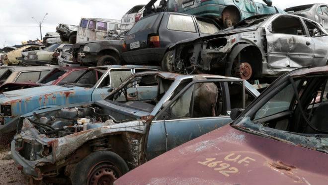 Pilha de carros velhos