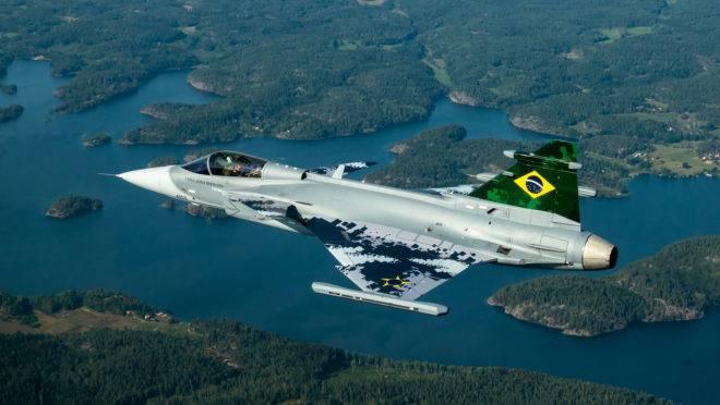 O primeiro caça brasileiro Gripen E voou pela primeira vez na Suécia, nesta segunda (26). A aeronave foi construída por engenheiros da empresa sueca Saab e da brasileira, Embraer.