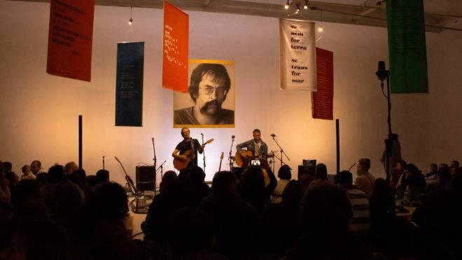 Leminski observa Paulo e Gabriel Teixeira: aniversário musical.