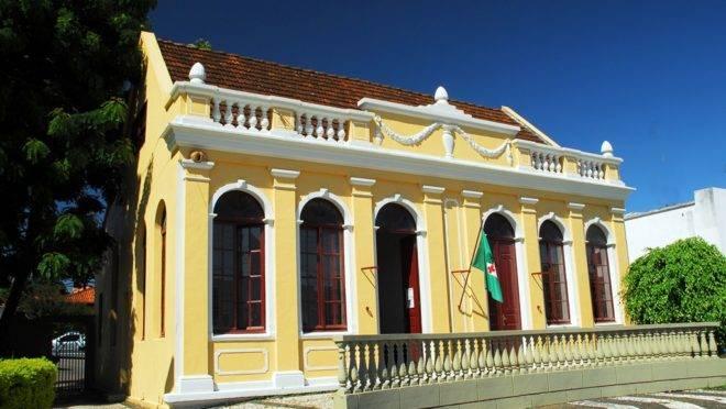 O município faz divisa com a capital Curitiba e tem cerca 205 mil habitantes
