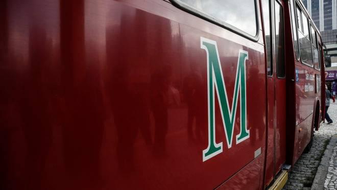 Ònibus metropolitano da linha Curitiba/Afonso Pena foi alvo de assaltantes.