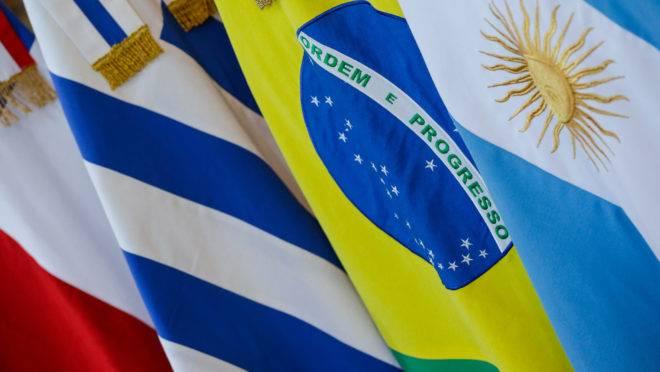 Bandeiras dos países que compõem o Mercosul.