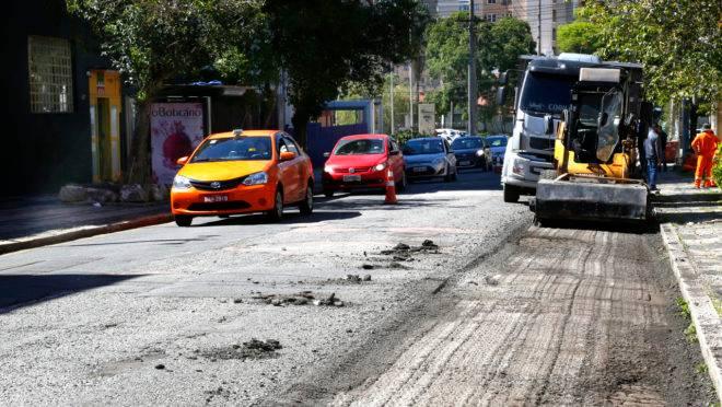 Revitalização do asfalto da rua Visconde do Rio Branco esquina com a rua Augusto Stelfeld, em Curitiba