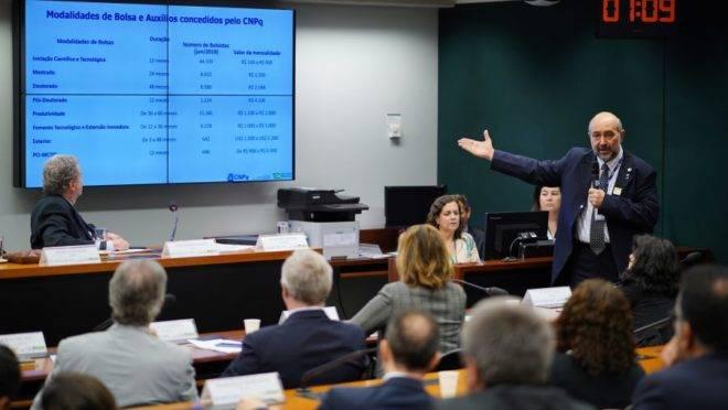 O presidente do CNPq, João Luiz Filgueiras de Azevedo, mostra números da agência em audiência pública na Câmara dos Deputados.