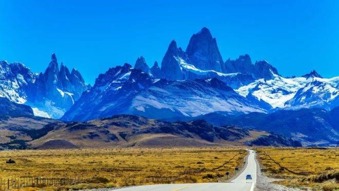 Rodovia que corta o deserto da Patagônia, na Argentina.  Para circular de carro por essa estrada, brasileiros precisam da Carta Verde.