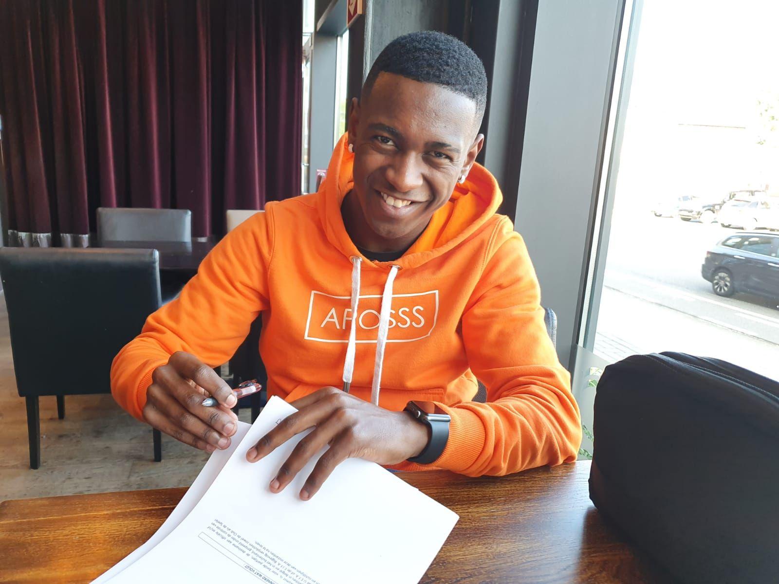 Jhonny Lucas assina contrato com o Sint-Truidense, da Bélgica. Foto: Arquivo pessoal