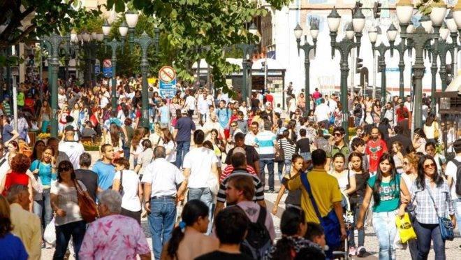 Multidão na Rua XV de Novembro, em Curitiba