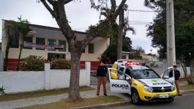 PM está de plantão na frente da Escola Amâncio Moro desde a postagem com ameaça quarta-feira.