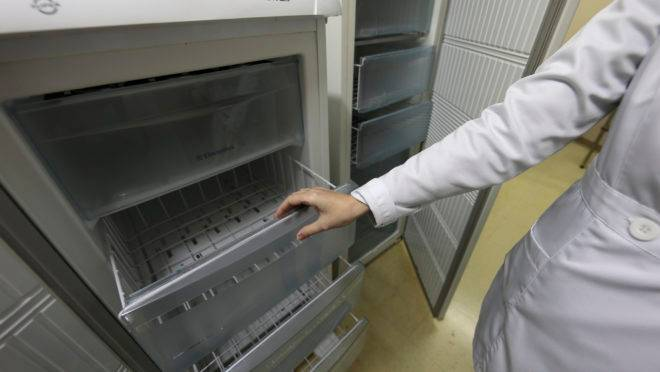 Freezer vazio no banco de leite do HC