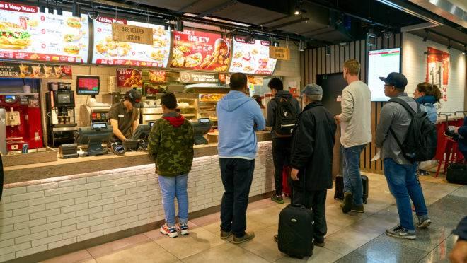 Loja da rede KFC em Dusseldorf, Alemanha. Grupo de Carlos Wizard detém a franquia master para o Brasil.