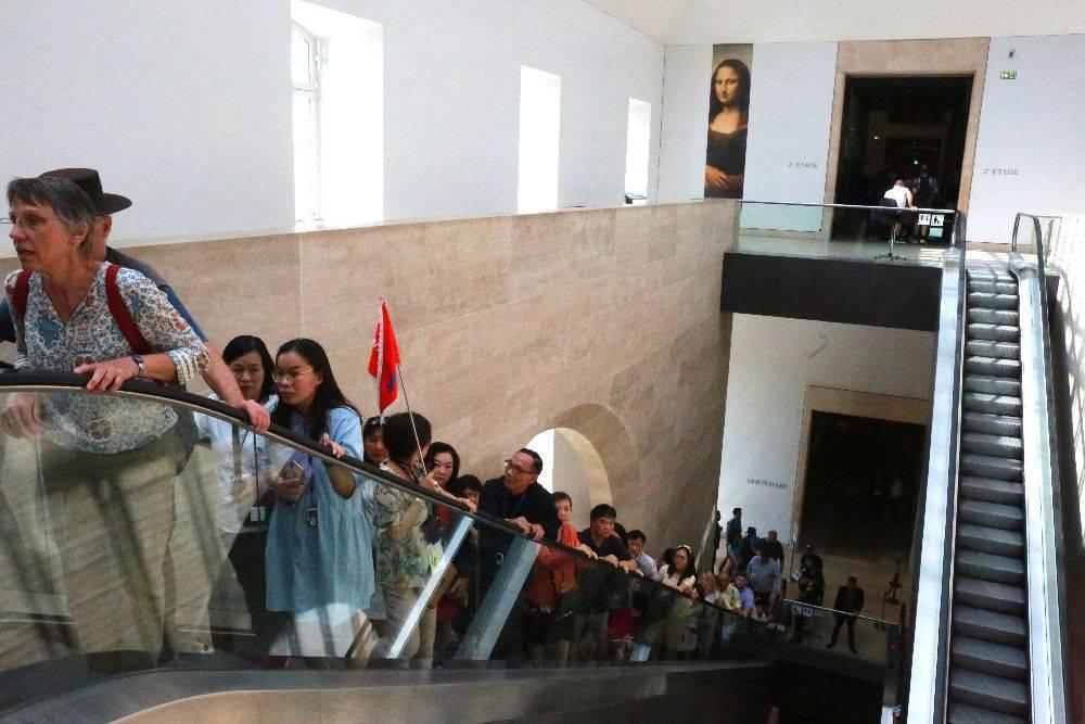 O acesso para visitar a Mona Lisa na Galeria Medici, no Louvre, tem apenas uma entrada, provocando a aglomeração dos visitantes. Foto: Owen Franken/The New York Times.