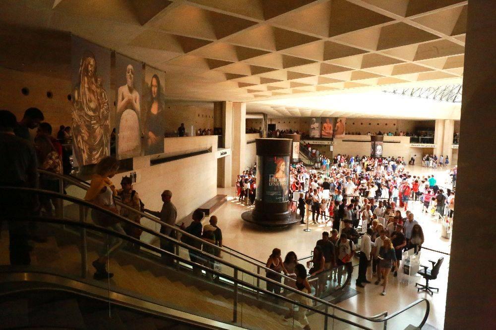 Dezenas de visitantes esperam sua vez, de forma desordenada, em outra fila sinuosa, antes de acessar o quadro. Foto: Owen Franken/The New York Times.