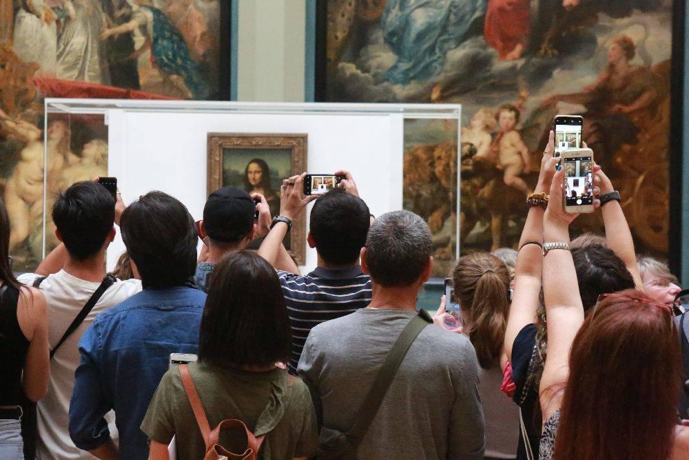 A distância entre a pintura e o público é motivo de mais reclamações: os visitantes são mantidos a cerca de 4,5 metros da pintura de 76 centímetros. Foto: Owen Franken/The New York Times.