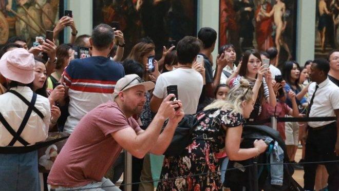 Centenas de visitantes se aglomeram diariamente para ver a Mona Lisa, no Museu do Louvre, em Paris. Como tornar essa experiência menos desgastante?