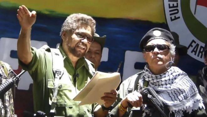O ex-comandante sênior das Farc na Colômbia, Iván Márquez (à esquerda) e o rebelde fugitivo Jesus Santrich, em local não revelado, ao anunciar a retomada do conflito armado