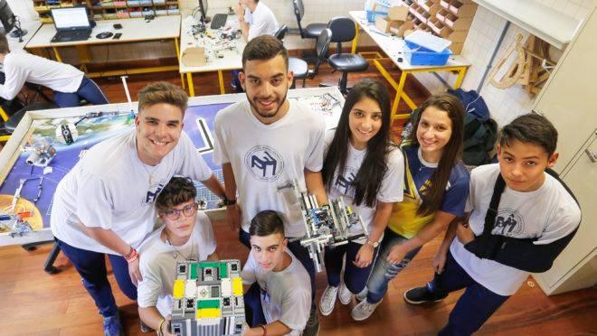 Alunos do Colégio Estadual Padre Cláudio Morelli, em Curitiba, com robô construído para participar do torneio First Lego League