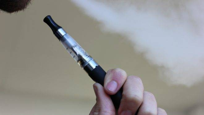 Usuários e indústria alegam que sem regulamentação e controle de qualidade, o cigarro eletrônico pode oferecer risco ao consumidor.
