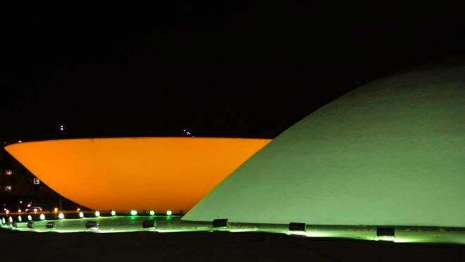 Congresso Nacional é iluminado nas cores verde e amarela para celebrar a Semana da Pátria